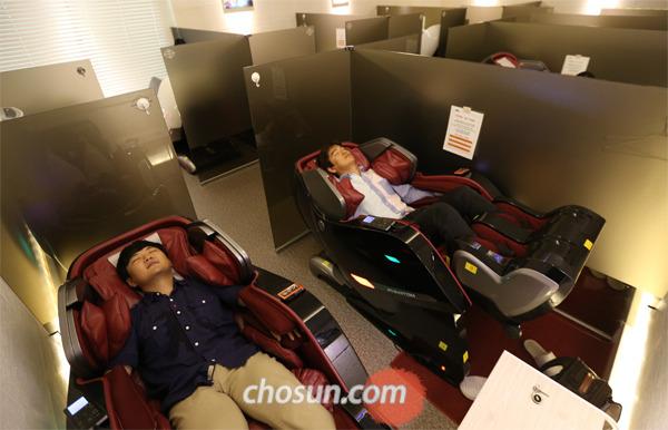 ngủ trưa trên ghế massage